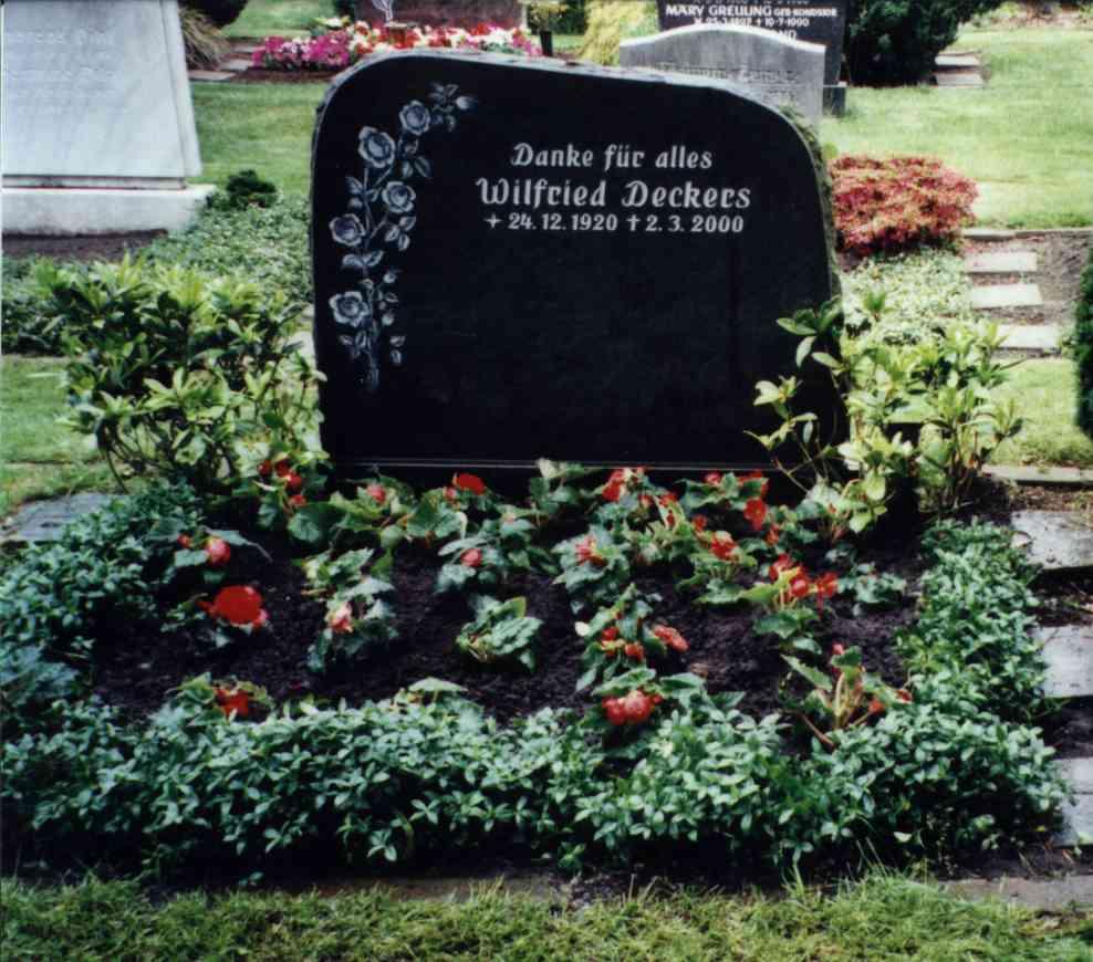 Grabstein fuer  Wilfried Deckers, gestorben am 3. Maerz 2000